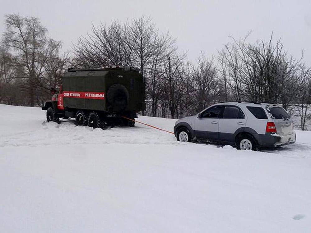 На Николаевщине из-за снега и гололеда машины не могли проехать по дорогам. Выручали спасатели (ФОТО) 5