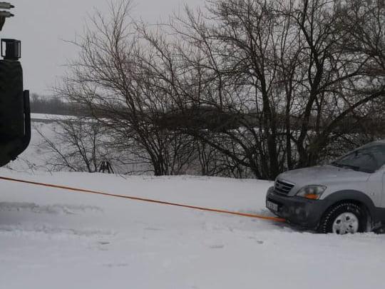 На Николаевщине из-за снега и гололеда машины не могли проехать по дорогам. Выручали спасатели (ФОТО) 7