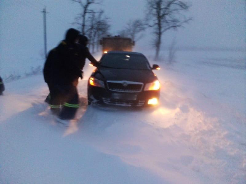На Николаевщине из-за снега и гололеда машины не могли проехать по дорогам. Выручали спасатели (ФОТО)