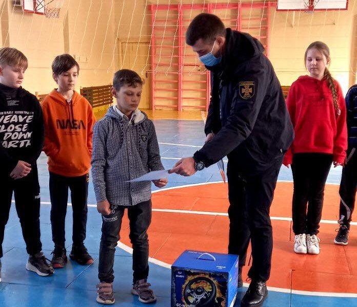 В Первомайске наградили школьника, который спас провалившегося под лед первоклассника (ФОТО)