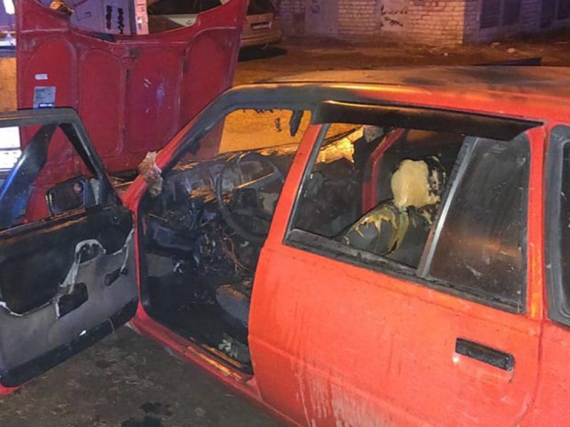 Ночью в Николаеве прямо на улице загорелась машина (ФОТО)