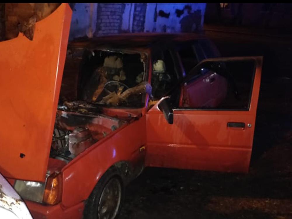 Ночью в Николаеве прямо на улице загорелась машина (ФОТО) 1