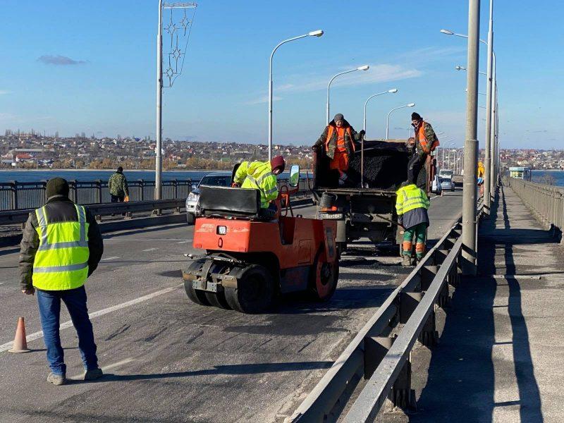 Если погода позволит. За сегодня-завтра дорожники обещают залатать наиболее глубокие ямы на Варваровском мосту в Николаеве (ФОТО)