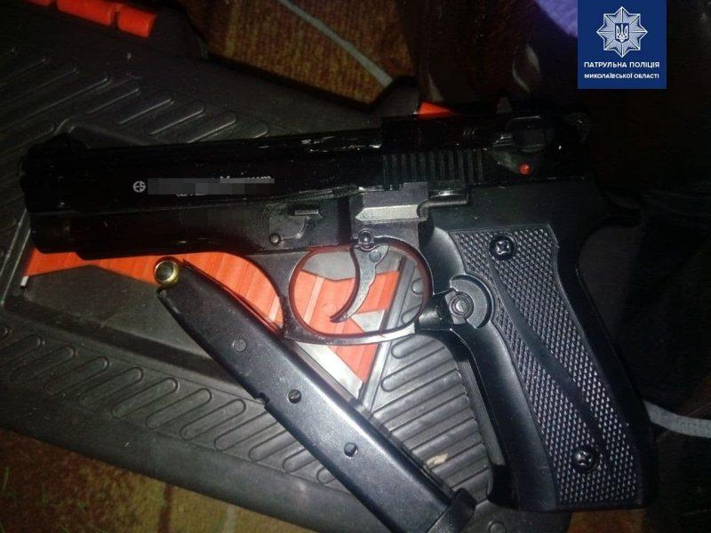 Он бил жену и был под следствием: в Николаеве патрульные задержали мужчину с пистолетом (ФОТО)