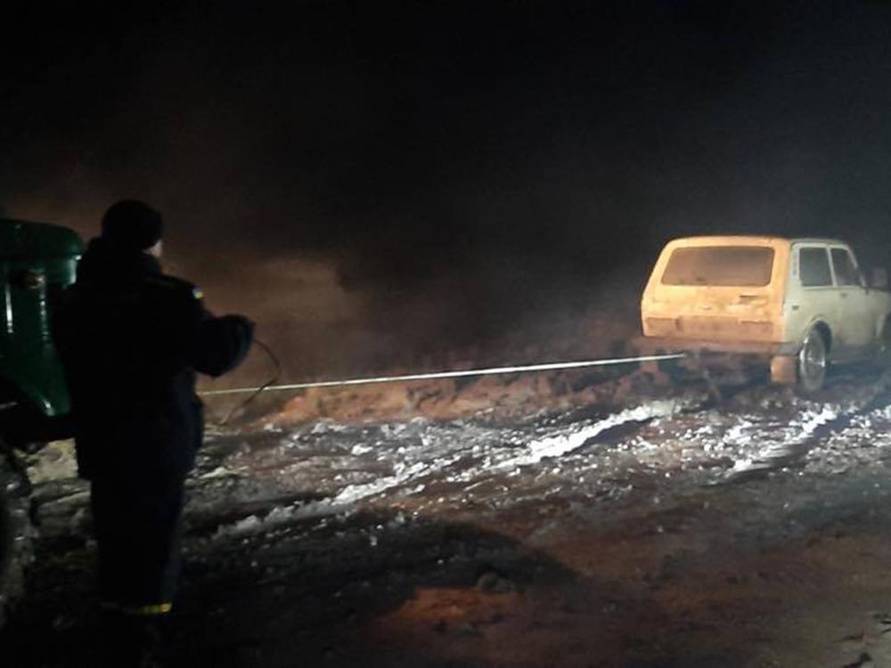 Ночью в Снигиревке автомобиль застрял в грязи - вытаскивали спасатели (ФОТО) 3