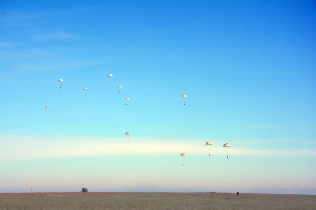 Им погода нипочем: николаевские десантники выполняют программу прыжков с парашютом (ФОТО) 3