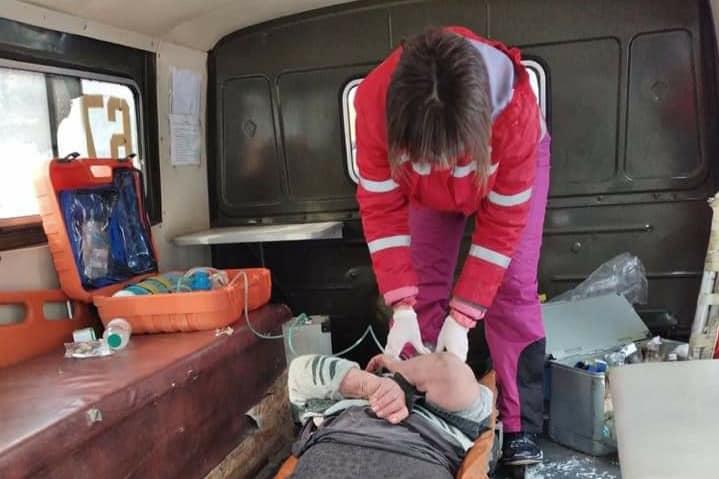 На Николаевщине спасатели вскрыли двери квартиры, чтобы передать врачам тяжело больную женщину (ФОТО) 1