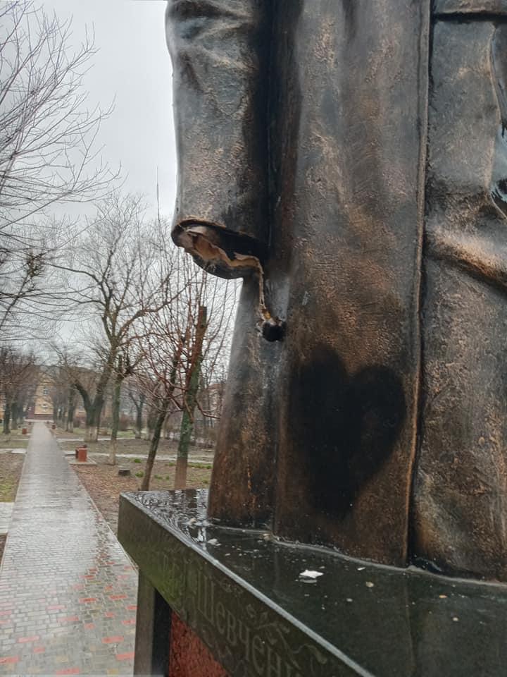 На Николаевщине вандалы изувечили памятник Тарасу Шевченко (ФОТО) 3