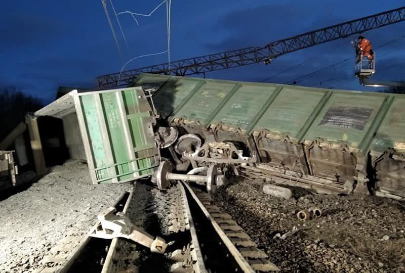 Под Днепром перевернулся поезд, движение заблокировано (ФОТО)