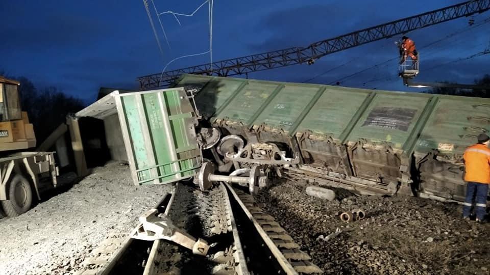 Под Днепром перевернулся поезд, движение заблокировано (ФОТО) 1