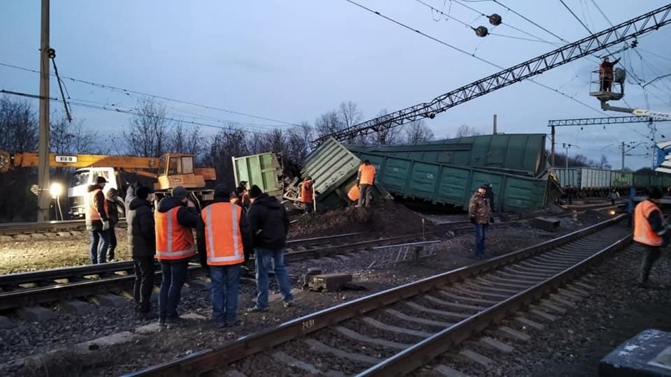 Под Днепром перевернулся поезд, движение заблокировано (ФОТО) 3