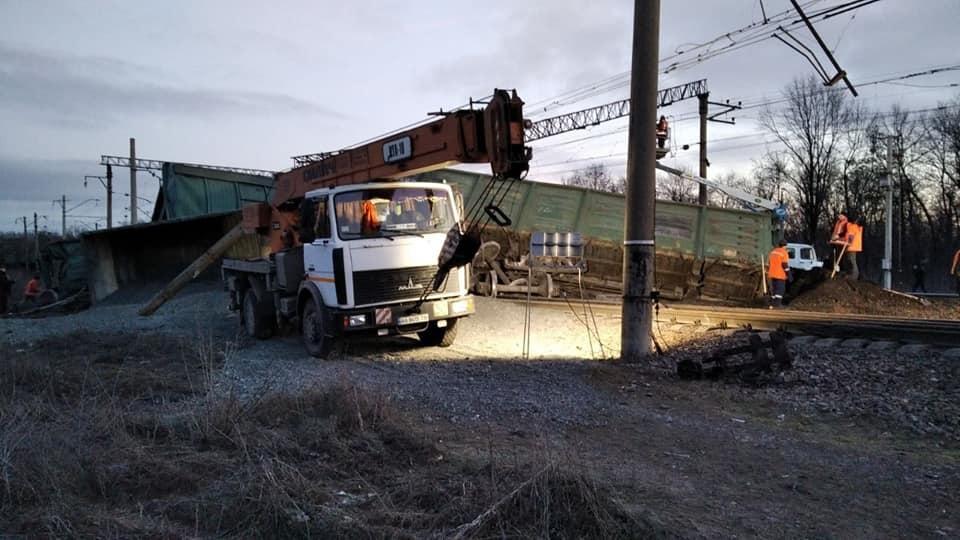 Под Днепром перевернулся поезд, движение заблокировано (ФОТО) 5