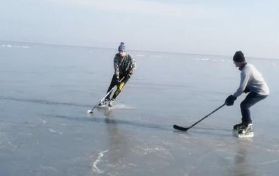 В Мариуполе юные хоккеисты устроили тренировку на замерзшем Азовском море (ВИДЕО)