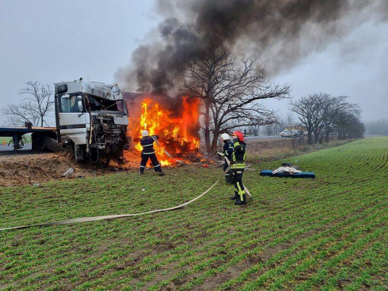 ДТП под Николаевом: в результате лобового столкновения двух фур одна из них загорелась (ФОТО)