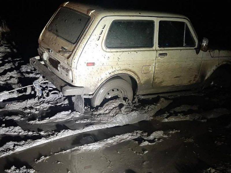 Ночью в Снигиревке автомобиль застрял в грязи — вытаскивали спасатели (ФОТО)