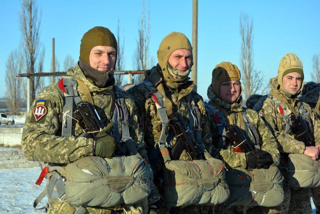 Им погода нипочем: николаевские десантники выполняют программу прыжков с парашютом (ФОТО) 5