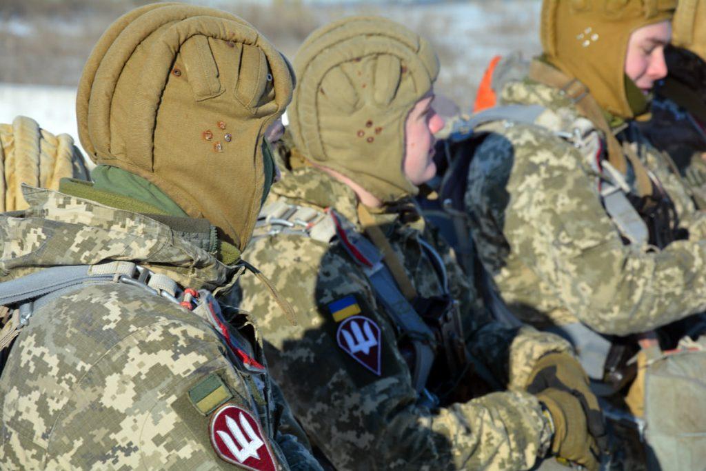Им погода нипочем: николаевские десантники выполняют программу прыжков с парашютом (ФОТО) 7