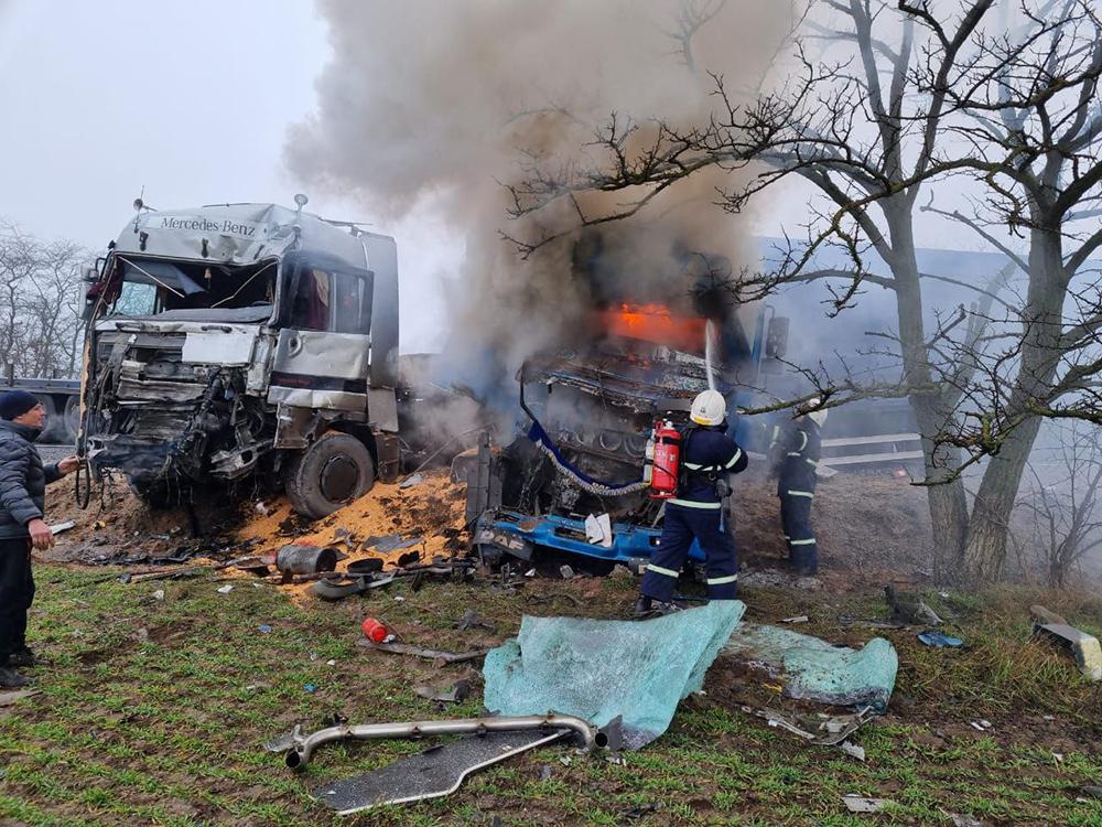 ДТП под Николаевом: в результате лобового столкновения двух фур одна из них загорелась (ФОТО) 7