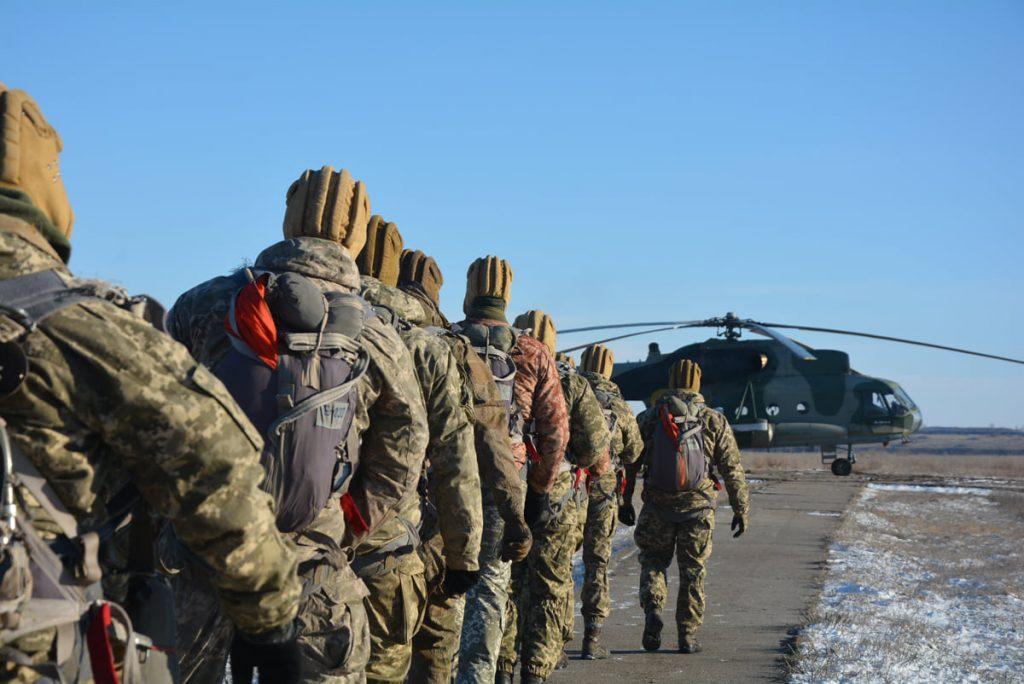 Им погода нипочем: николаевские десантники выполняют программу прыжков с парашютом (ФОТО) 9