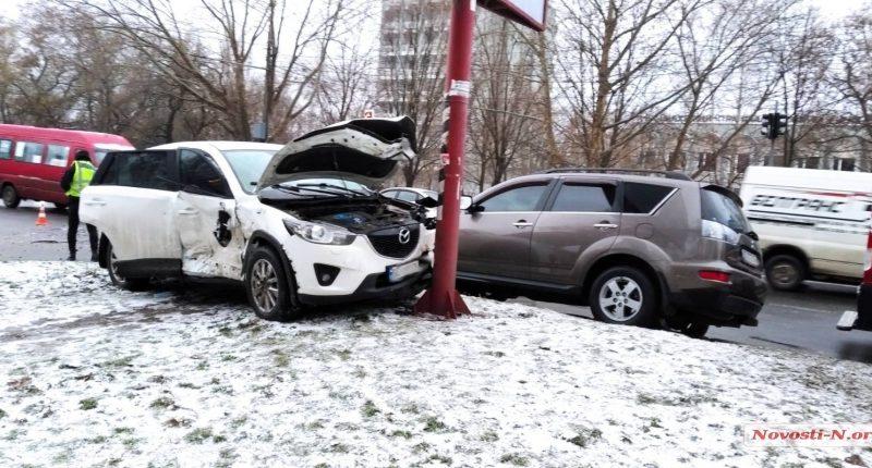 В Николаеве Mitsubishi врезалась в Mazda, четыре человека пострадали