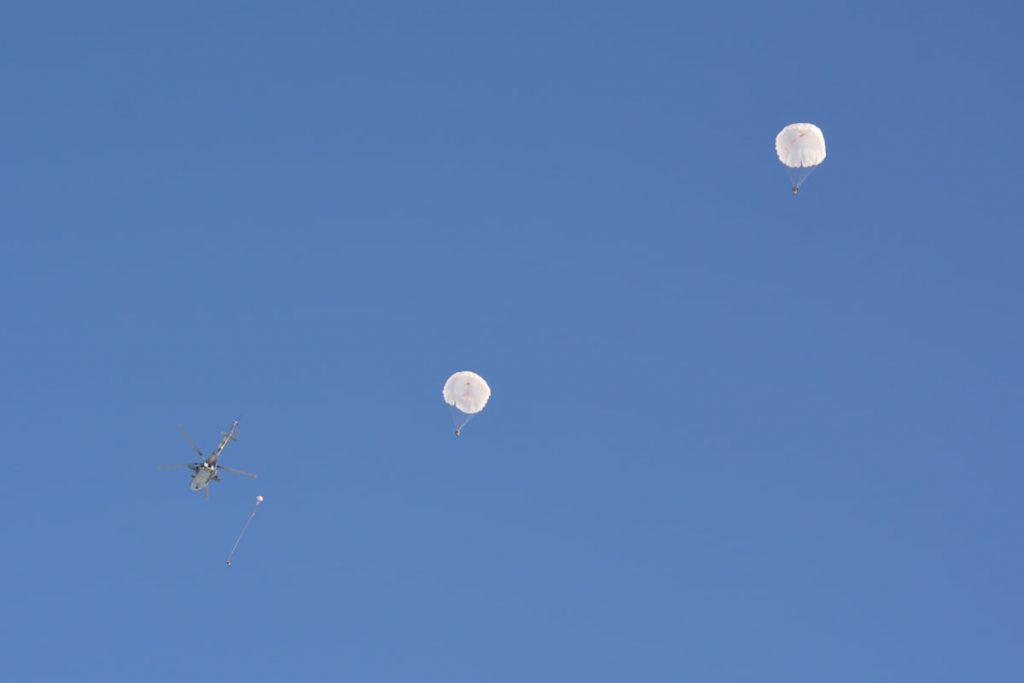 Им погода нипочем: николаевские десантники выполняют программу прыжков с парашютом (ФОТО) 11