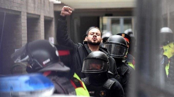 В Испании отправили в тюрьму известного рэпера за оскорбление короля. Тысячи людей вышли на улицы