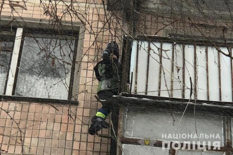 В Тернополе мальчик зацепился капюшоном и повис за балконом на высоте 4 этажа (ВИДЕО)