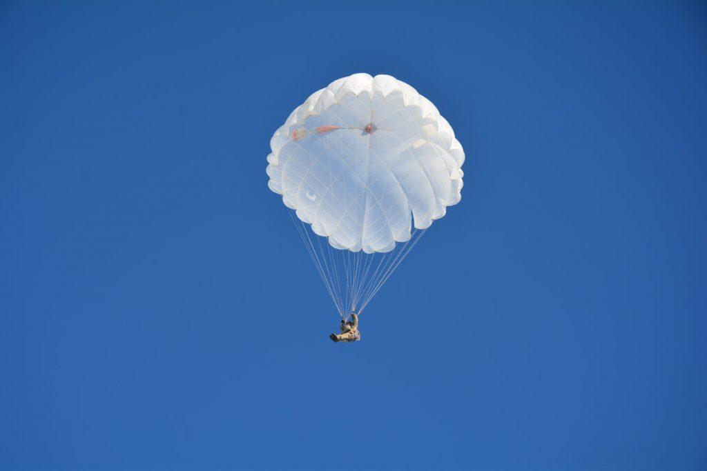 Им погода нипочем: николаевские десантники выполняют программу прыжков с парашютом (ФОТО) 13