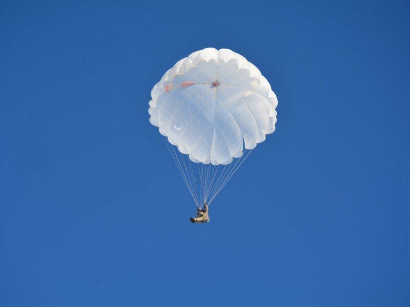 Им погода нипочем: николаевские десантники выполняют программу прыжков с парашютом (ФОТО)