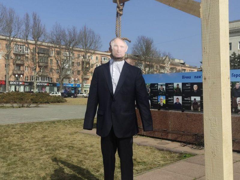 В Херсоне на площади Свободы сожгли чучело Путина (ФОТО, ВИДЕО)