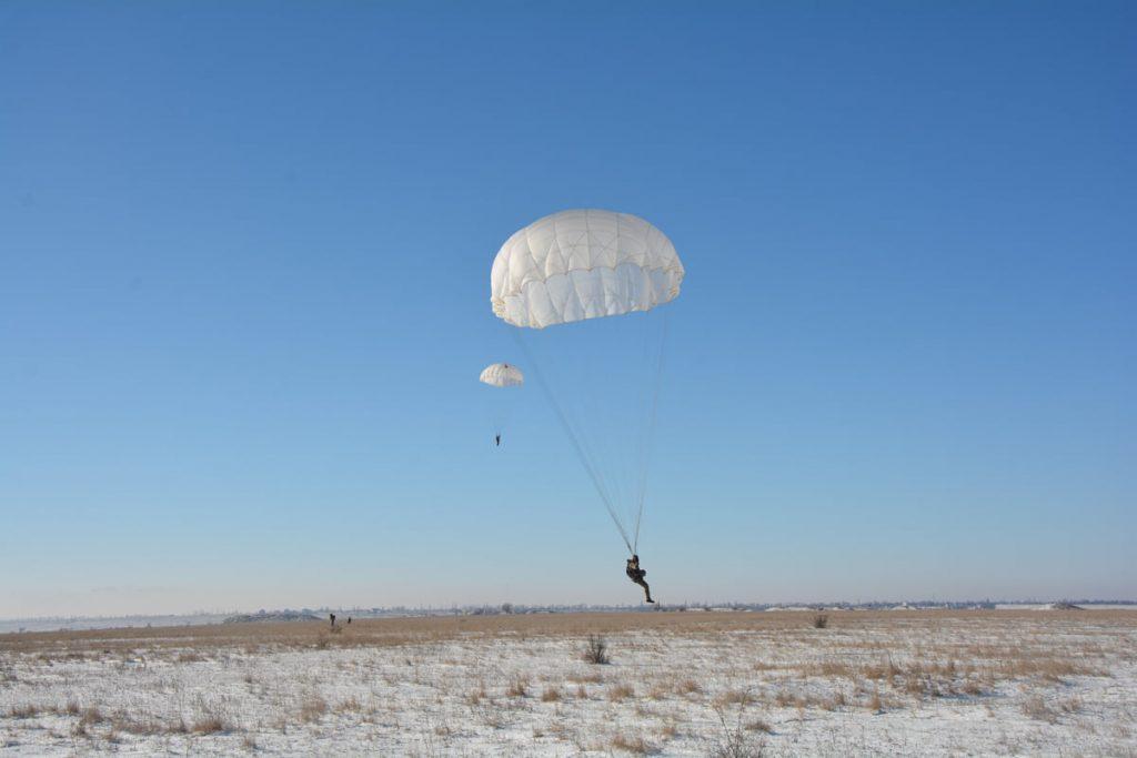 Им погода нипочем: николаевские десантники выполняют программу прыжков с парашютом (ФОТО) 15