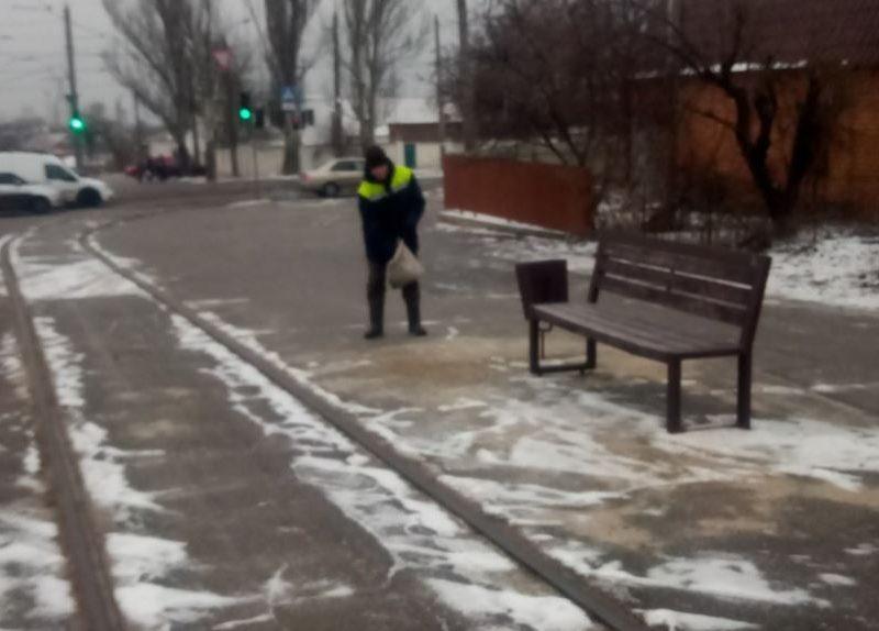 В Николаеве за сутки на дороги высыпали 100 тонн соли, сегодня обрабатывают остановки (ФОТО)