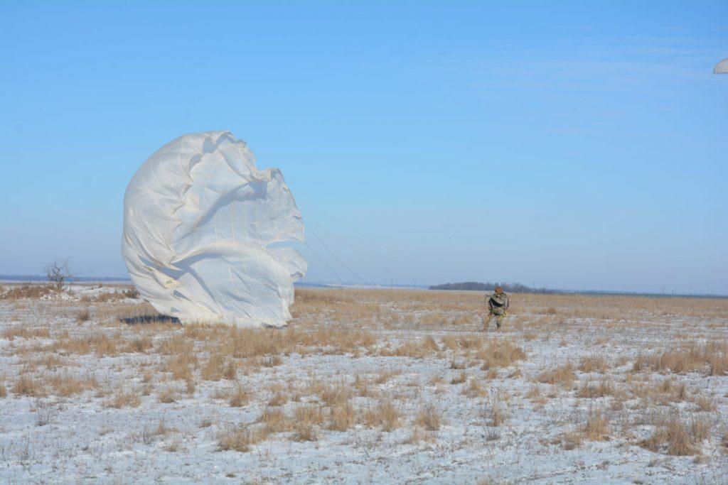 Им погода нипочем: николаевские десантники выполняют программу прыжков с парашютом (ФОТО) 17