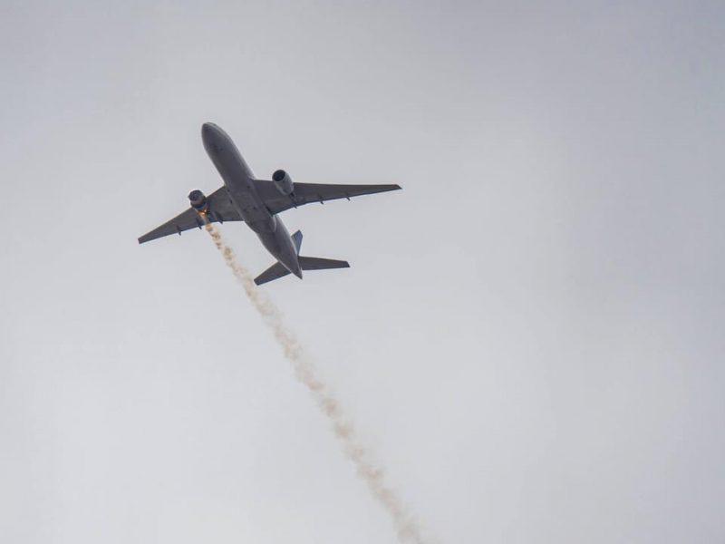 В США в воздухе загорелся самолет с пассажирами, куски двигателя упали на город (ФОТО, ВИДЕО)