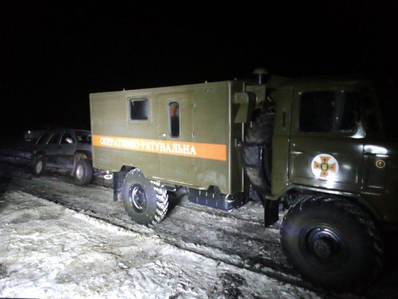 Спасатели Николаевщины ночью освободили «скорую» из снежного плена