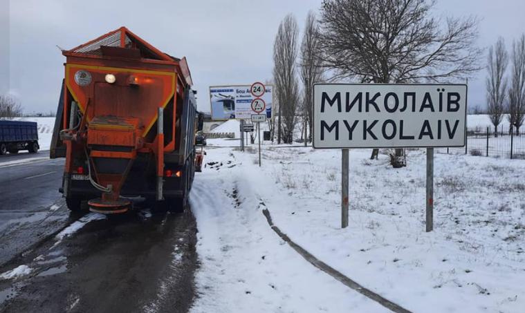 Служба автодорог вывела на трассы Николаевщины 50 спецмашин, проезд обеспечен (ВИДЕО)