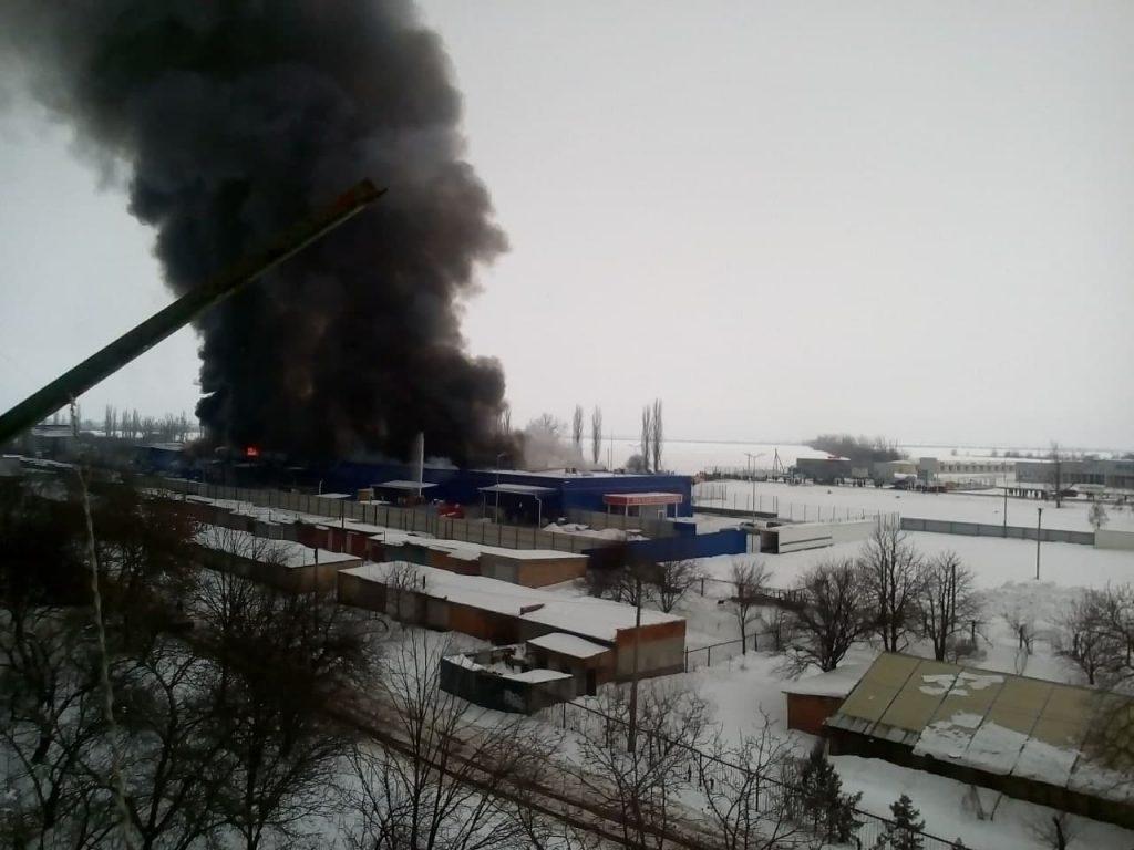 Пожар Эпицентра в Первомайске. Одно крыло рухнуло, подозревают поджог (ФОТО) 1