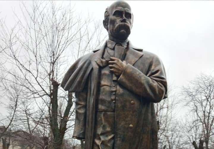 На Николаевщине вандалы изувечили памятник Тарасу Шевченко (ФОТО)
