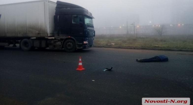 В Николаеве пешеход бросился под фуру (ВИДЕО)