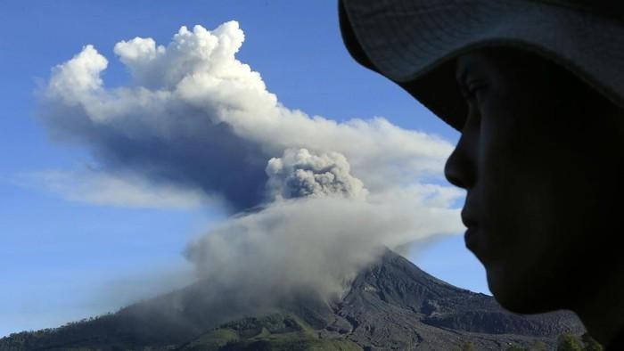 Столб пепла высотой 5 км: в Индонезии проснулся вулкан Синабунг (ВИДЕО)