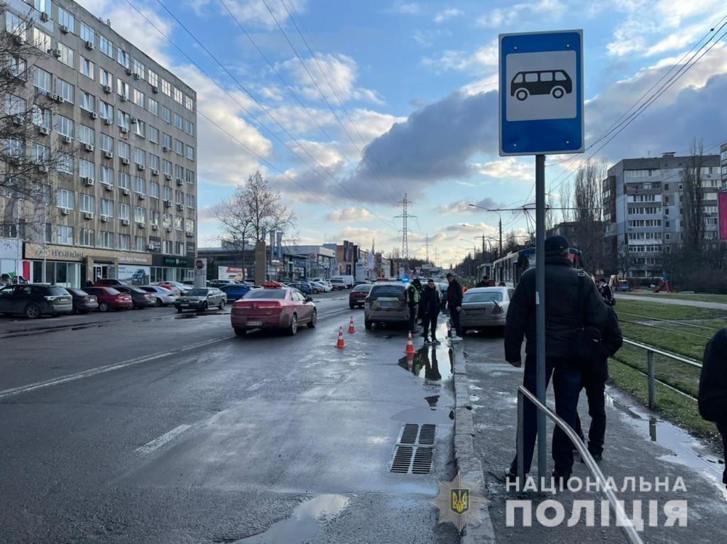 В Николаеве Mercedes вылетел на тротуар и сбил девочку-подростка – полиция ищет свидетелей (ФОТО) 3
