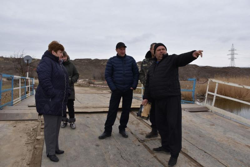 Затонувший под весом фур мост в Снигиревском районе: сегодня планируют достать понтоны из воды и начать из ремонтировать (ФОТО) 1