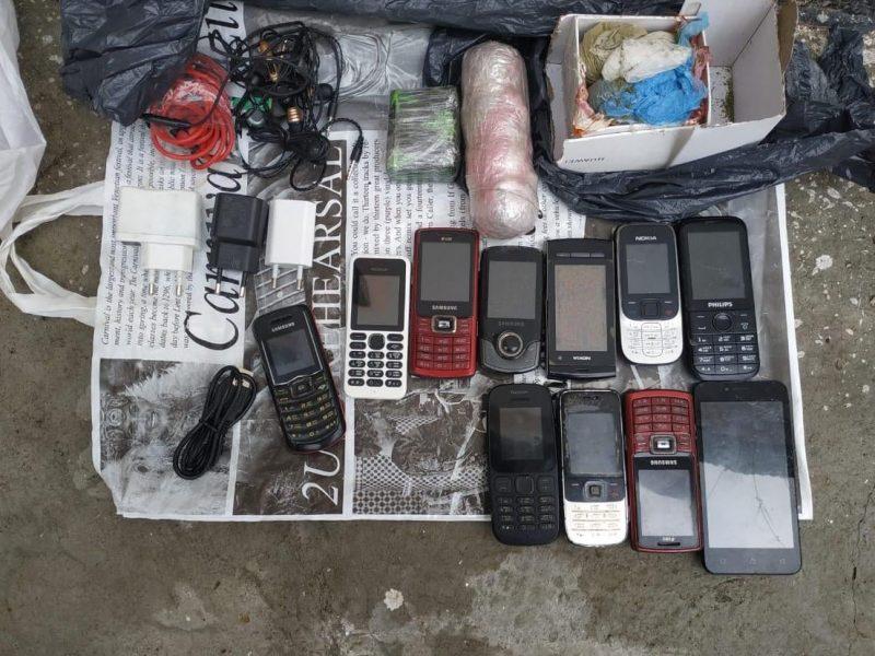 Конопля, мобилки, зарядка и наушники: в Николаевский СИЗО пытались перебросить целую посылку (ФОТО)
