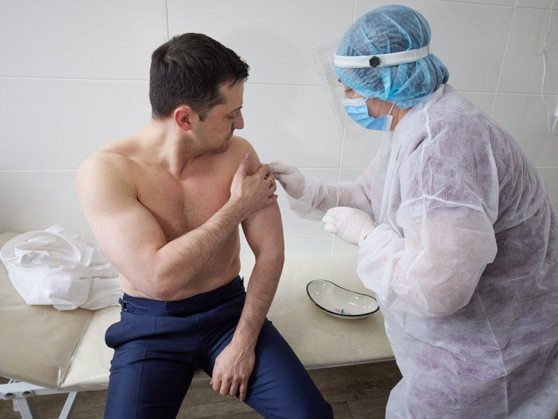 Зеленский вакцинировался от коронавируса в зоне ООС (ФОТО, ВИДЕО)