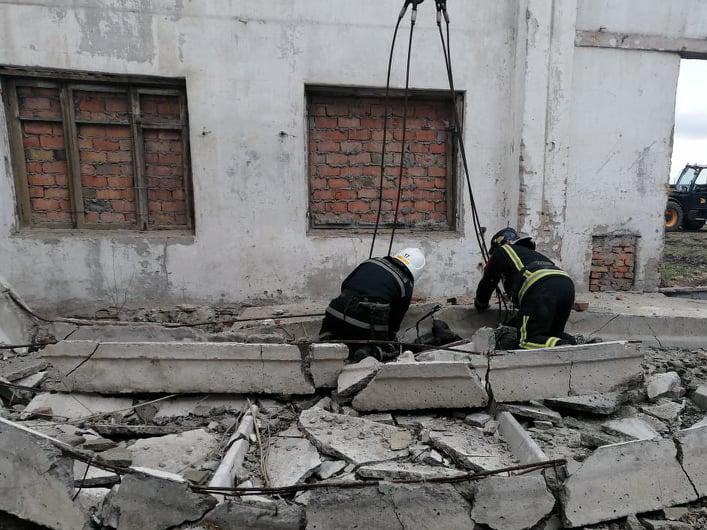 На Николаевщине железобетонная плита упала на 19-летнего парня и 60-летнего мужчину. Парня, увы, спасти не удалось