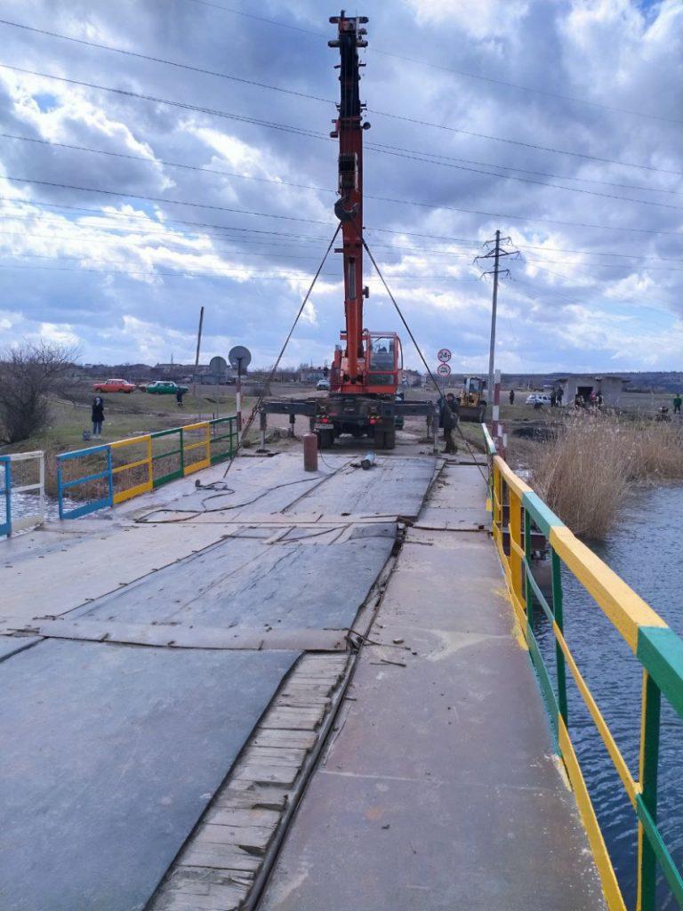 В Снигиревском районе восстановили утопленный фурами понтонный мост (ФОТО) 1