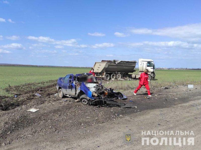 На Николаевщине такси столкнулось с грузовиком — трое погибших (ФОТО, ВИДЕО)