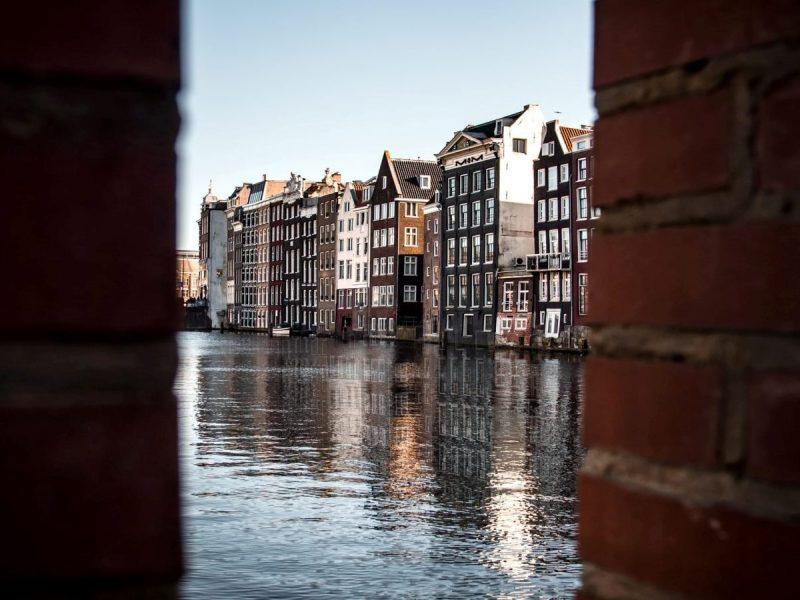 Логично: в историческом центре Амстердама мусор будут вывозить плавучие мусоровозы