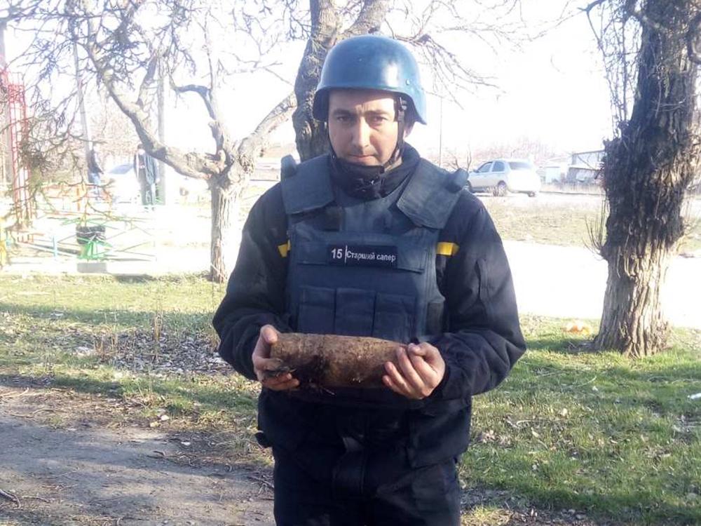 В Николаеве у детской площадки нашли артснаряд (ФОТО) 1