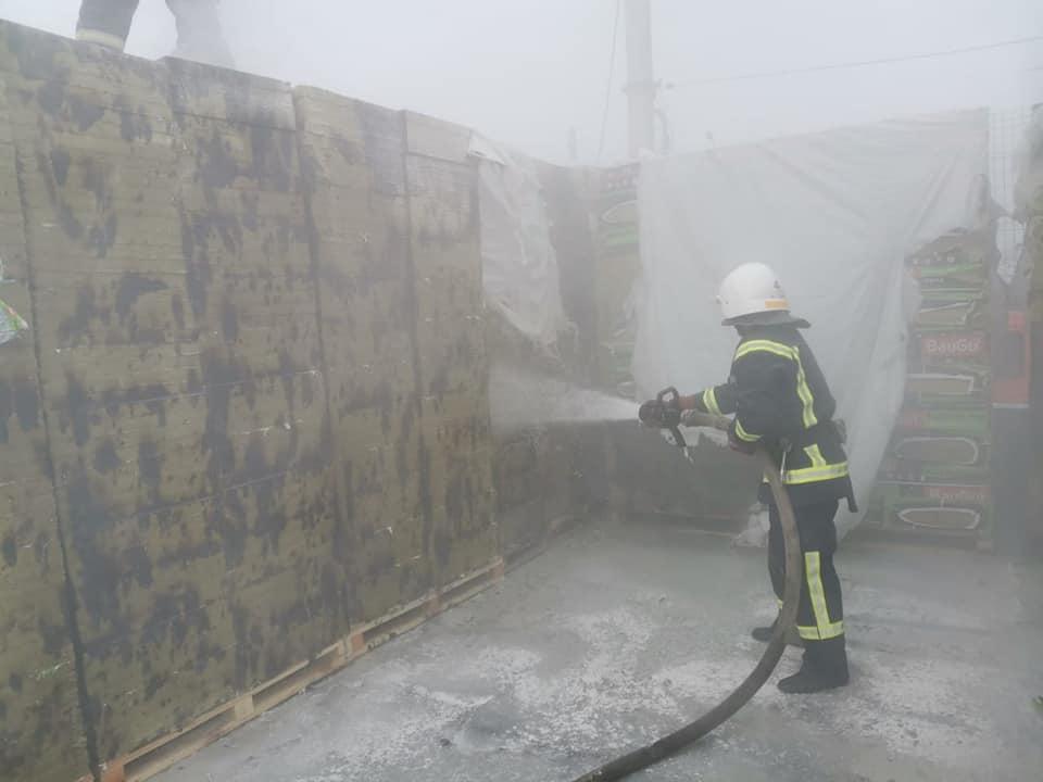 В Николаеве тушили пожар у «Эпицентра» (ФОТО) 1